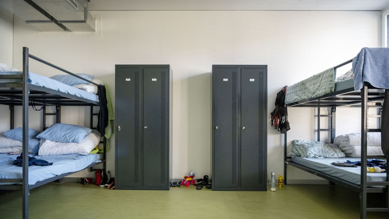 Des lits superposés dans le centre fédéral de renvois de requérants d'asile de la commune zurichoise d'Embrach. [Christian Beutler - KEYSTONE]