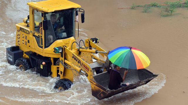 Evacuation d'une localité chinoise cernée par les eaux. [Li Jianan - AFP]