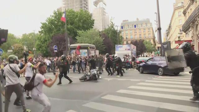 Heurts dans une manifestation à Paris contre le pass sanitaire [RTS]