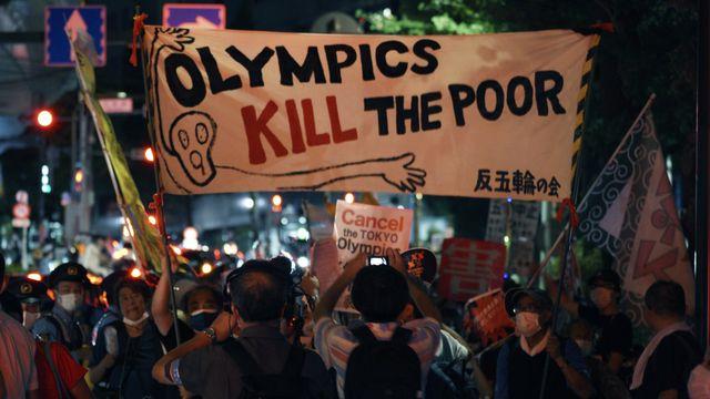 Une manifestation contre les JO à Tokyo. [Kantaro Komiya - AP Photo/Keystone]