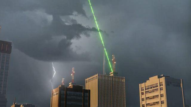 Le projet Laser Lightning Rod développé par l'UNIGE pourrait permettre de protéger de larges zones de la foudre. [EPFL - Youtube]
