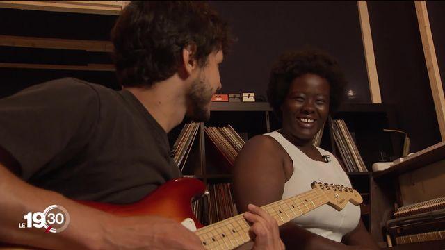 """Suite de la série d'été """"Cordes Locales"""", avec la chanteuse soul Nnavy dans le canton de Vaud [RTS]"""