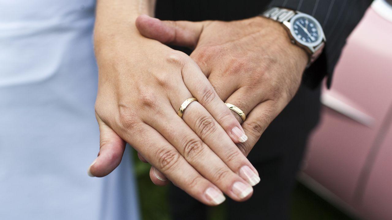 Les couples sont de moins en moins nombreux à opter pour le mariage.  [Gaetan Bally - Keystone]
