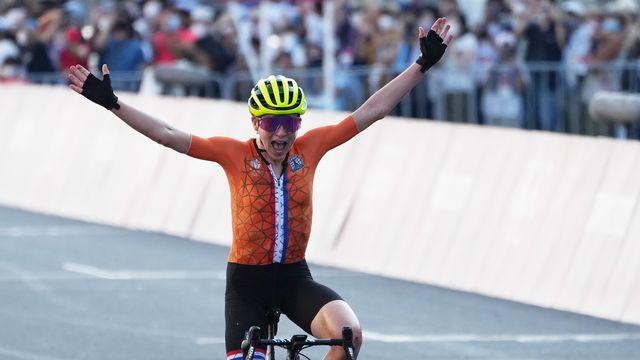 Annemiek van Vleuten pensait avoir remporté l'or après avoir franchi la ligne d'arrivée. [Christopher Jue - Keystone]