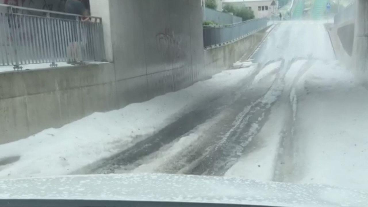 Impressionnante chute de grêle à Einsiedeln (SZ) (vidéo: Marylise Kissling) [RTS]