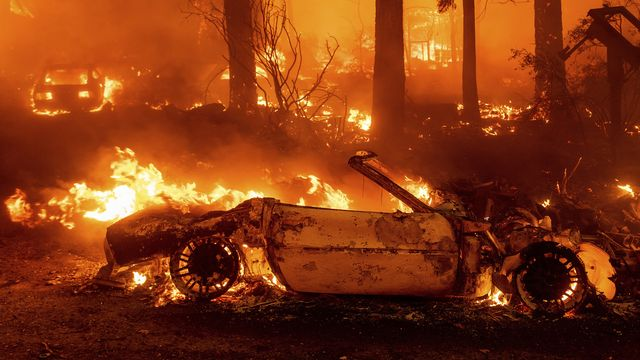 Le plus gros incendie de Californie, qui a déjà dévoré l'équivalent de la ville de Chicago en végétation, est si volumineux qu'il génère désormais son propre climat, au risque de rendre la tâche des pompiers qui le combattent encore plus ardue lundi. [NOAH BERGER - KEYSTONE]