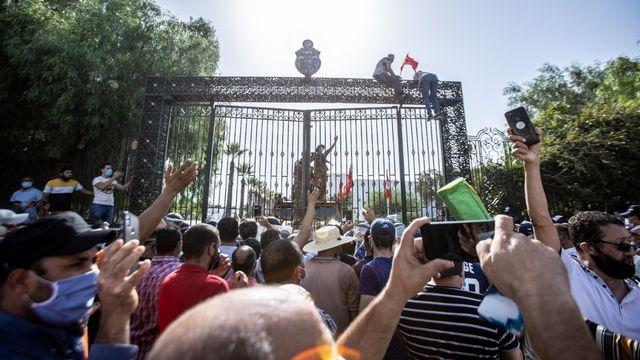 Des affrontements ont éclaté lundi devant le Parlement tunisien au lendemain de la suspension de ses activités par le président Kais Saied et du limogeage du Premier ministre, plongeant la jeune démocratie dans une crise constitutionnelle. [NACER TALEL - ANADOLU AGENCY VIA AFP]