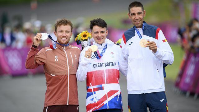 Lors de la remise des médailles pour l'épreuve de VTT, Mathias Flückiger (gauche), Thomas Pidcock (centre) et David Valero Serrano (droite) ont pu enlever leur masque pendant quelques secondes. [Laurent Gillieron - Keystone]