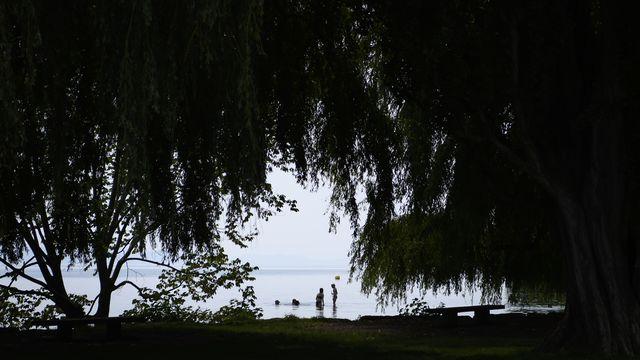Les risques sont encore importants au bord des lacs (ici, la plage des Jeunes-Rives à Neuchâtel). [Anthony Anex - Keystone]