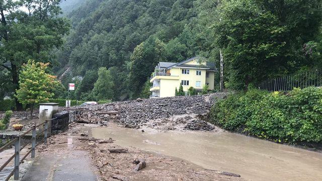 La route entre Brunnen et Gersau a été ensevelie par plusieurs mètres de gravats. [Police cantonale schwytzoise]