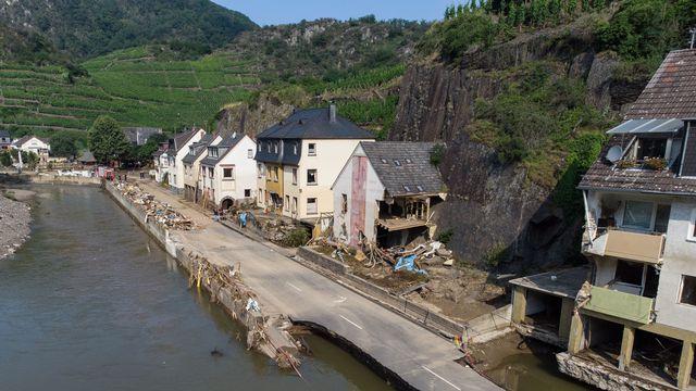 La question de la reconstruction des habitats dans les villes détruites par les crues et des inondations en Allemagne, en Belgique, mais aussi en Suisse, va se poser. Pour l'architecte Eric Daniel-Lacombe, il faut privilégier la régulation naturelle des cours d'eau.  [BORIS ROESSLER - KEYSTONE]