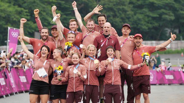 Lors de la remise des médailles, toute l'équipe suisse est venue rejoindre les trois championnes sur le podium. [CHRISTOPHER JUE - Keystone]