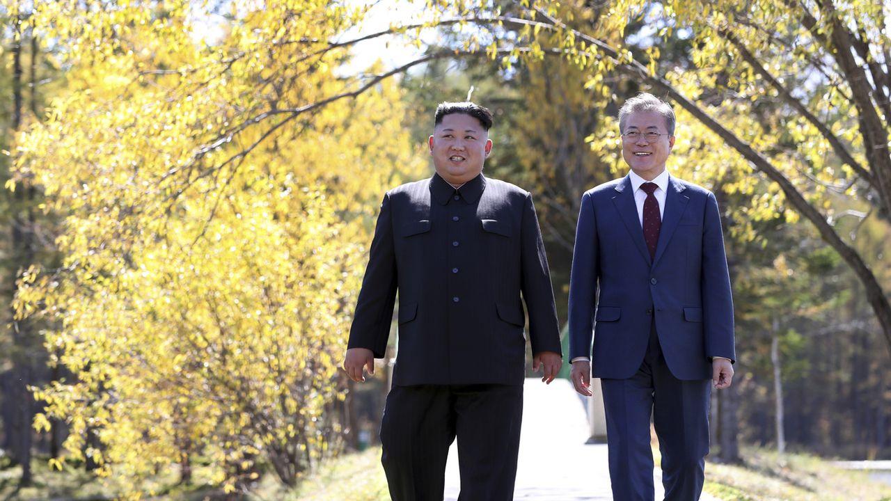 Kim Jong Un, leader de la Corée du Nord, avec le président sud-coréen Moon Jae-in lors du sommet de septembre 2018. [Keystone]