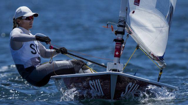 """Maud Jayet réalise une excellente opération et n'est plus qu'à 8 petits points de la 10e place, symbole de qualification pour la """"Medal race"""". [Bernat Armangue - Keystone]"""