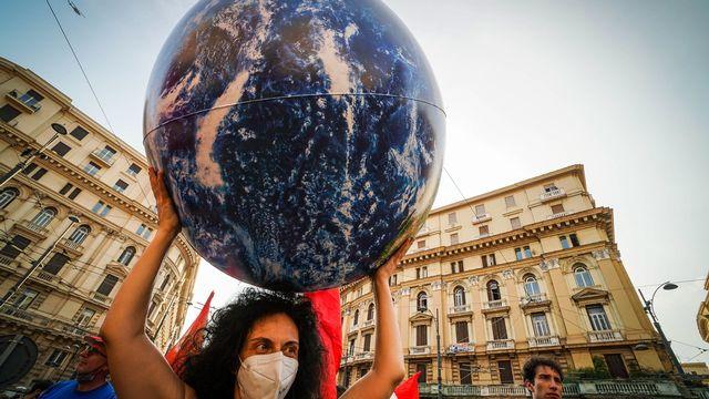"""Alors que déluges et incendies ravagent le monde à un rythme effréné, 195 pays ont commencé lundi l'adoption des nouvelles prévisions des experts climat de l'ONU, un rapport """"crucial pour le succès"""" de la conférence climat COP26 de novembre. [CESARE ABBATE - KEYSTONE]"""