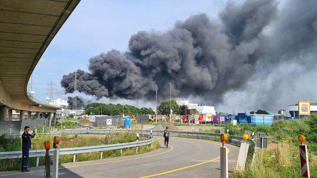 Une explosion d'origine inconnue sur un site d'entreprises chimiques à Lerverkusen, dans l'ouest de l'Allemagne, causait mardi un important dégagement de fumée face auquel les résidents de la zone étaient priés de garder portes et fenêtres fermées, ont indiqué les responsables du site. [MIRKO WOLF - KEYSTONE]