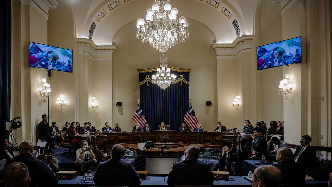 Tous les yeux sont tournés vers les moniteurs montrant les confrontations au Capitole, lors d'une séance de la Commission d'enquête sur le 6 janvier. Washington DC, le 27 juillet 2021.  [Bill O'Leary/POOL - Keystone/epa]