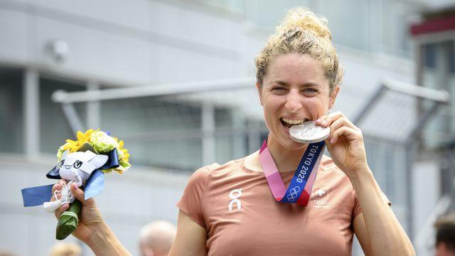 La joie de Marlen Reusser après avoir apporté à la Suisse sa 6e médaille. [Laurent Gillieron - Keystone]