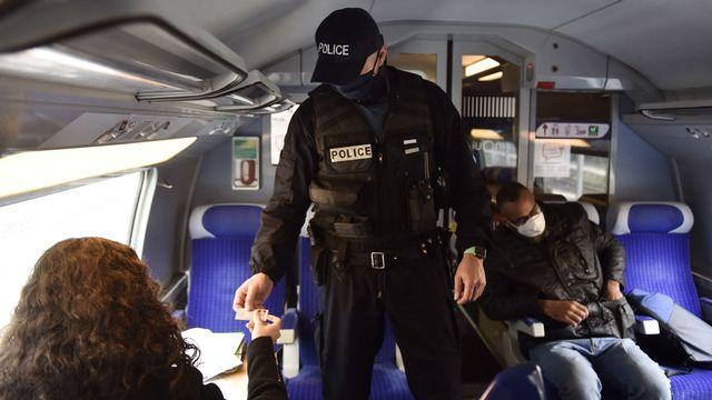 """Pass sanitaire: les contrôles seront """"massifs"""" mais """"pas systématiques"""" dans les trains longue distance en France. [Raymon Roig - AFP]"""