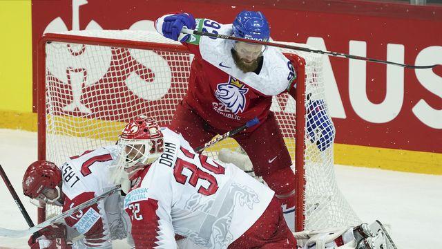 Jiri Sekac, en rouge, bataille ici avec les Danois, lors du Mondial 2021. [Oksana Dzadan - AP]