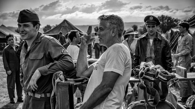 """CATCH-22, Georges Clooney et Grant Heslov, 2019. Exposition """"BTS - Behind the scenes, Photographies de Philippe Antonello"""" [Courtesy of Hulu productions]"""