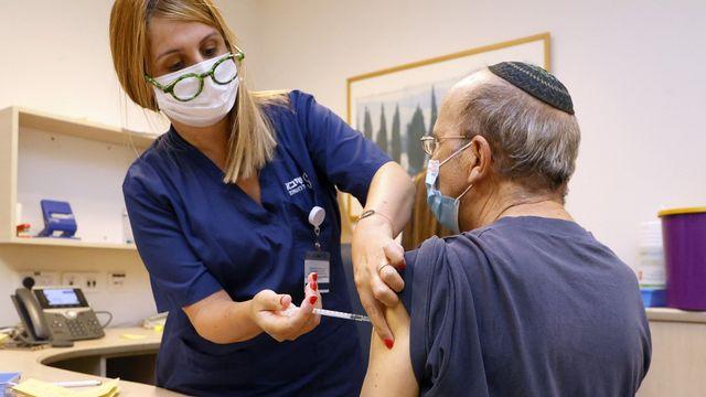 Israël appelle ses citoyens âgés de plus de 60 ans à recevoir une troisième dose de vaccin. [Jack Guez - AFP]