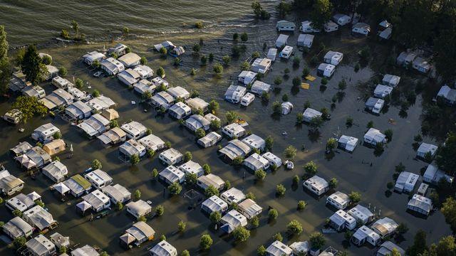 Lundi 19 juillet: le lac de Neuchâtel a déjà grignoté bon nombre d'emplacements du camping de Cheseaux-Noreaz. [Valentin Flauraud - Keystone]