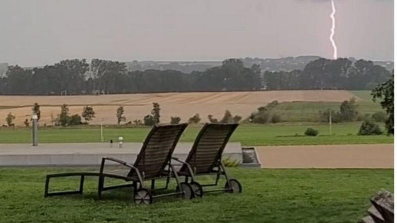 Un éclair dans la région de Domdidier (FR), le vendredi 30 juillet 2021 [Rodrigo Mardones]