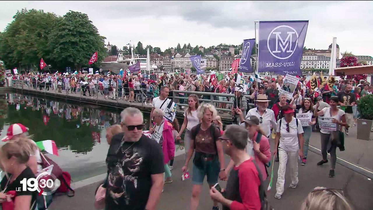 À Genève et Lucerne, des milliers de personnes manifestent contre les mesures sanitaires [RTS]