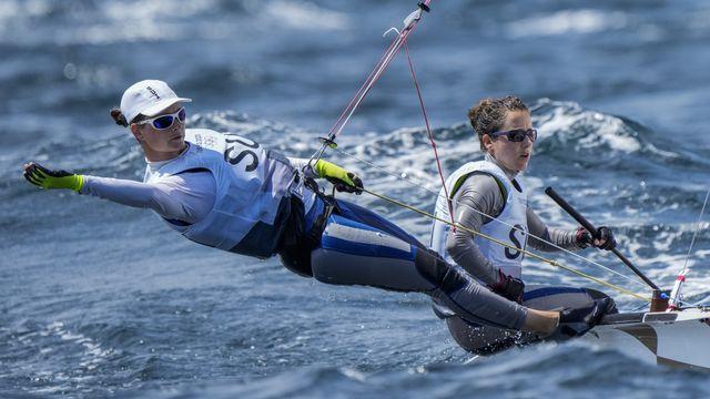 Maja Siegenthaler et Linda Fahrni dans les eaux d'Enoshima. [Bernat Armangue - AP]