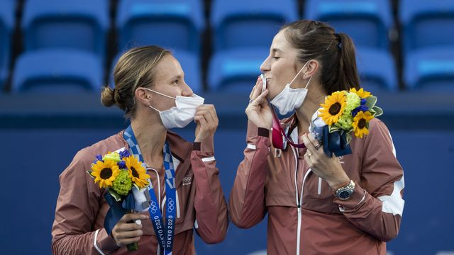 Un doux baiser pour Viktorija Golubic et Belinda Bencic, grandes dames de cette journée. [Peter Klaunzer - Keystone]