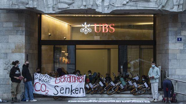 """Des activistes du mouvement """"Rise Up for Change"""" ont bloqué les banques UBS et Credit Suisse lundi à Zurich. [Ennio Leanza - Keystone]"""