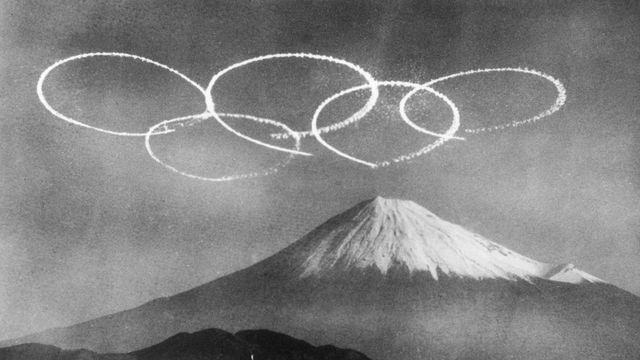 Le mont Fuji surplombé des anneaux olympiques en 1964. [Keystone/Photopress-Archiv/STR]