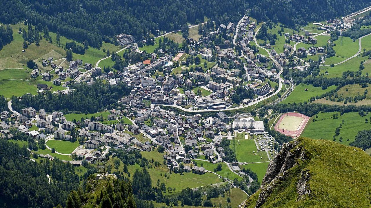 Vue en hauteur du sur le village de Loèche-les-Bains. [Jean-Christophe Bott - KEYSTONE]