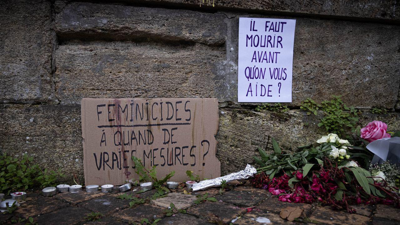 A Bordeaux, des passants se recueillent devant le domicile de la victime, Sandra. P, tuee par son ex-compagnon le 7 juin 2021. [Stephane Duprat et Hans Lucas - AFP]