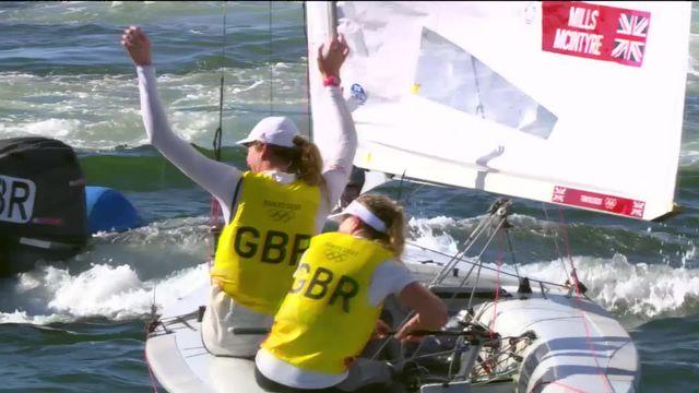 Voile, dériveur double dames: la Suisse remporte la Medal Race et se classe 4e, la Grande-Bretagne en or [RTS]