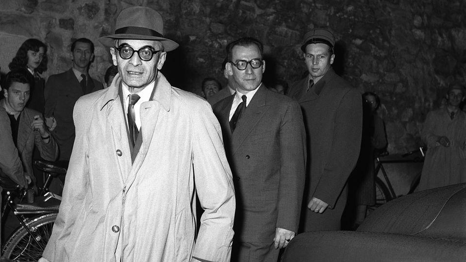 Rudolf Roessler et Xavier Schnieper, accusés d'espionnage au profit de l'URSS, arrivent au tribunal à Lucerne le 4 novembre 1953. [Jules Vogt - Keystone / Photopress-Archiv]