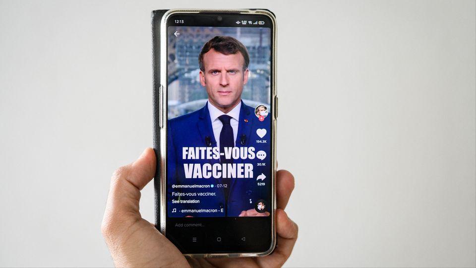 La France mettra en place à la rentrée une campagne vaccinale de rappel de vaccin contre le Covid-19 en administrant une 3e dose aux personnes ayant reçu les premières injections en tout début d'année, au début de la campagne vaccinale, a annoncé jeudi Emmanuel Macron. [JACOPO LANDI - HANS LUCAS VIA AFP]