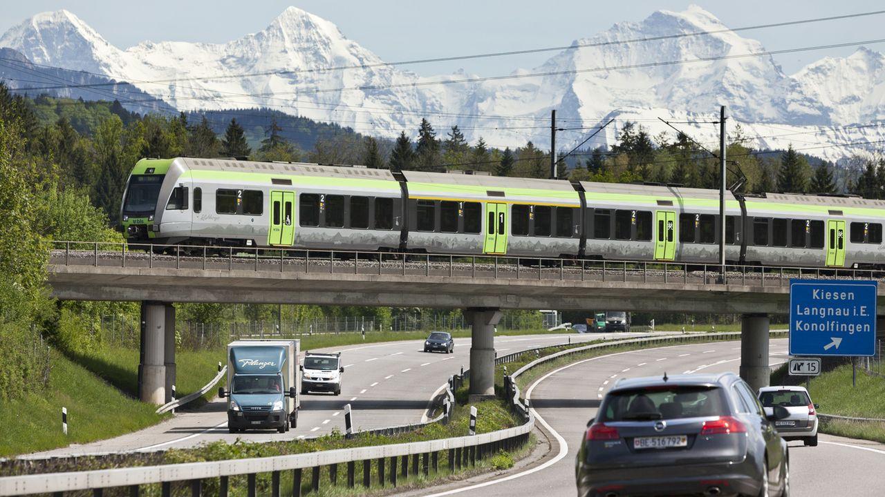 Le risque de décès est 68 fois plus élevé en voiture qu'en train en Suisse. [Gaëtan Bally - Keystone]
