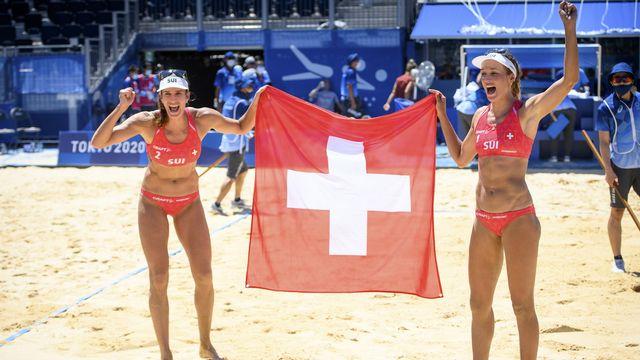 Joana Heidrich (gauche) et Anouk Vergé-Dépré(droite) célèbrent leur victoire. [Laurent Gillieron - Keystone]