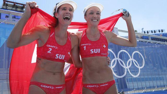 Joana Heidrich (gauche) et Anouk Vergé-Dépré(droite) exultent après leur victoire qui leur offre le bronze. [Wu Hong - Keystone]