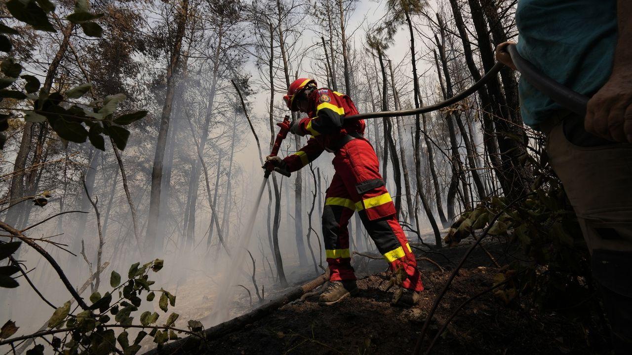 Un pompier slovaque combat les flammes sur l'île d'Eubée, le 10 août 2021. [Petros Karadjias - Keystone]