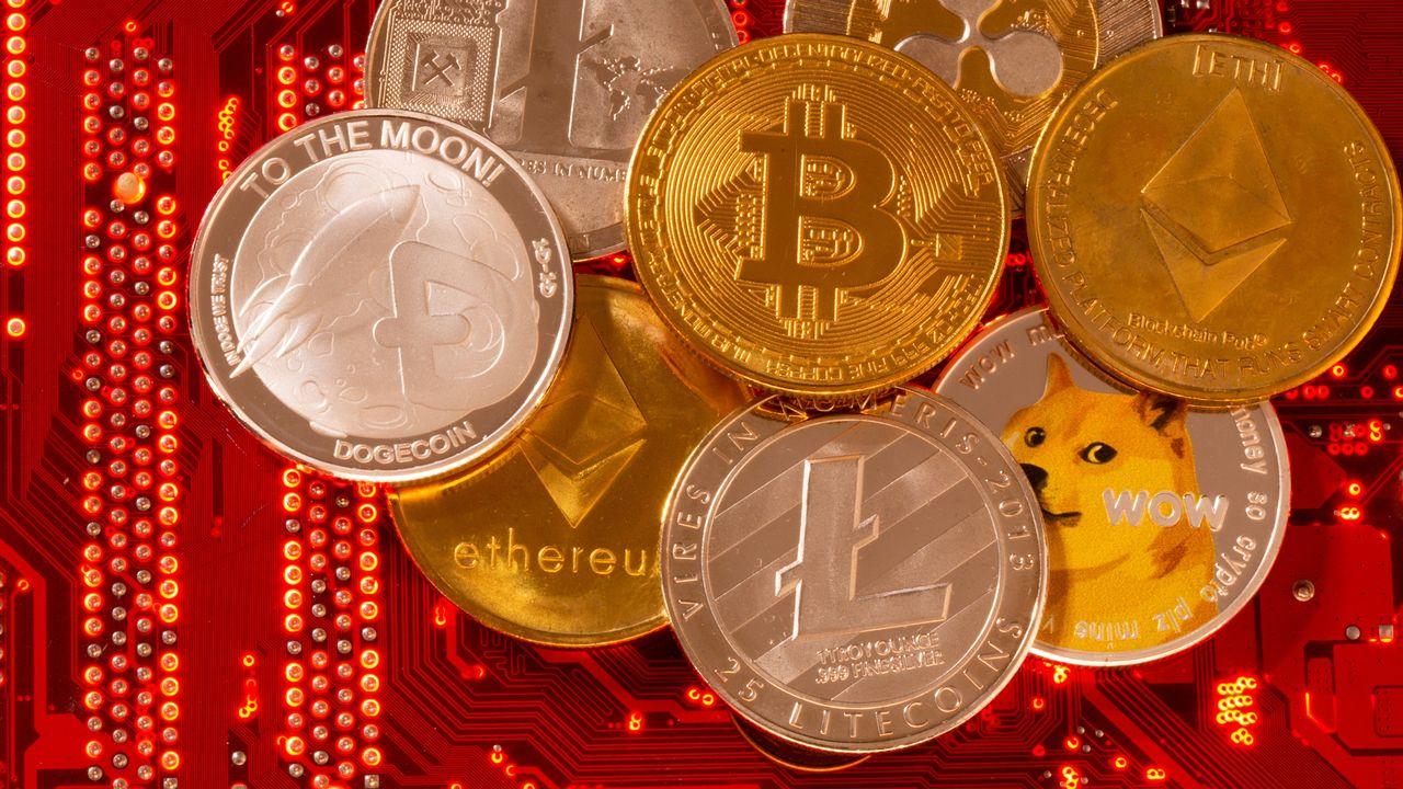Une représentation de cryptomonnaies, dont le Bitcoin, Ethereum, DogeCoin, Ripple et Litecoin. [Dado Ruvic - Reuters]
