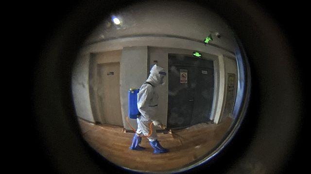 La désinfection d'un hôtel à Shanghai, en Chine. [AP Photo/Andy Wong - Keystone]