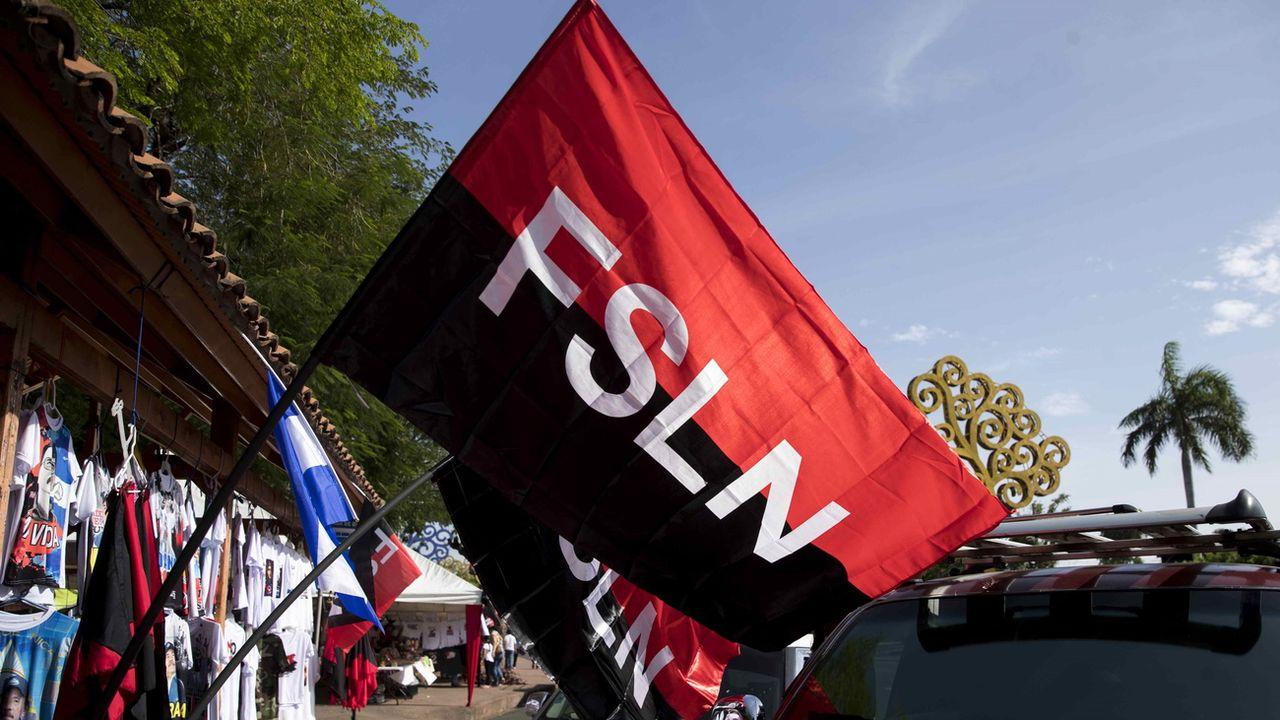Le drapeau du parti sandiniste. Image prétexte. [Jorge Torres - Keystone]