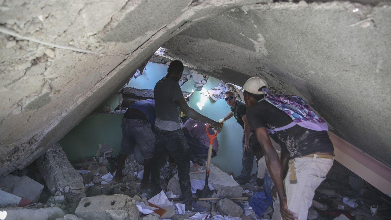 Haïti recherche des survivants après le séisme. [AP Photo/Joseph Odelyn - Keystone]