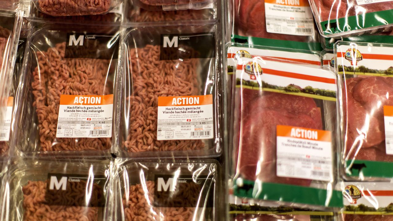 Barquettes de viande en action à la Migros. [Gaetan Bally - KEYSTONE]