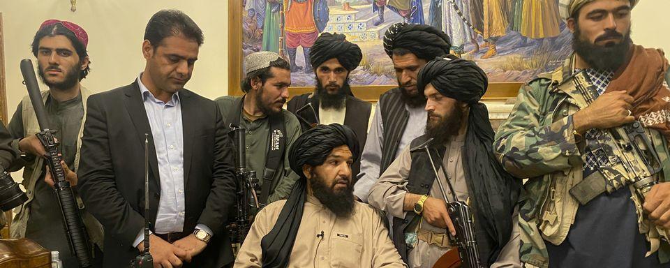 Les talibans ont investi dimanche la palais présidentiel à Kaboul. [Zabi Karimi - AP/Keystone]