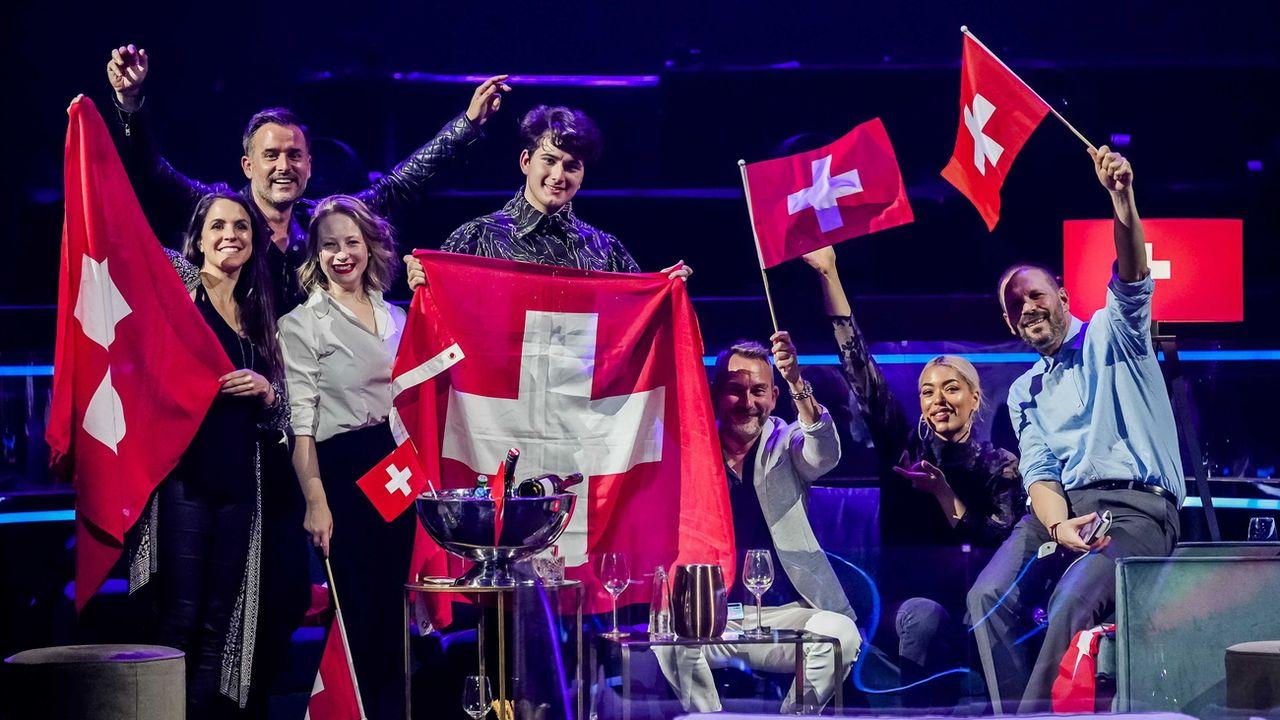 Gjon's Tears entouré de la délégation suisse lors de l'Eurosong 2021 à Rotterdam. [Sander Koning - Keystone/EPA]
