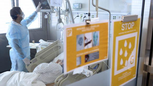 Un patient lors de la seconde vague de Covid-19, au CHUV à Lausanne. [Laurent Gillieron - KEYSTONE]